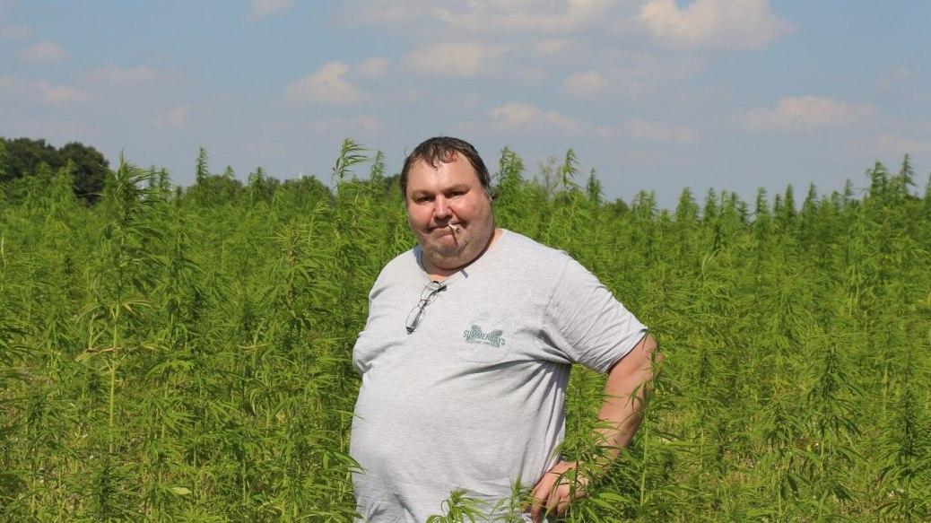 Schmerzpatient Bernd Schmidt Hanf-rauchend im Hanffeld