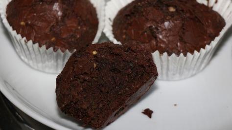 Ein CBD Brownie, halb durch gebrochen