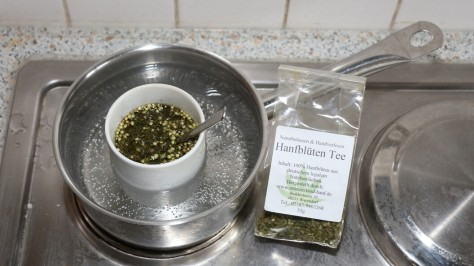 Hanföl extrahieren Erstversuch: Tasse mit Hanftee und Olivenöl im Wasserbad