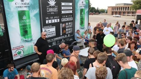 Hans Söllner gibt Autogramme auf der Cannabis XXL 2015
