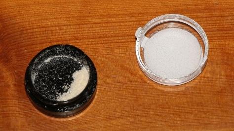 Eine geöffnete Dose mit CBD Kristallen