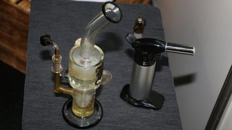 Glaspfeife mit Torch Feuerzeut für den Konsum von Cannabis