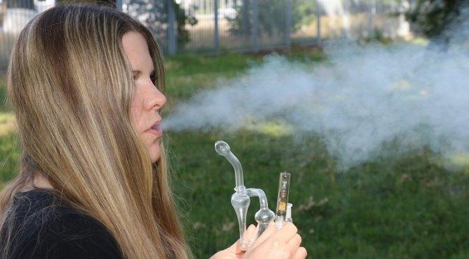 Patientin inhalliert Marihuana