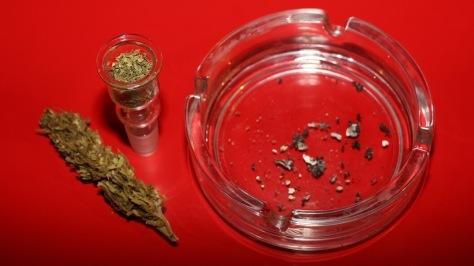 Marihuana fertig gestopft zum Bongrauchen