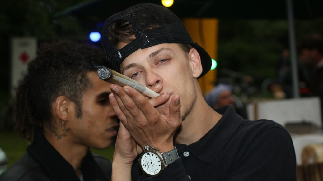 Cannabiskonsument mit richtig dickem Joint