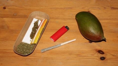 Purjoint vor Mischschale, Feuerzeug und Mango