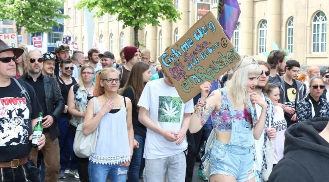 GMM Cannabis Demo Drotmund mit hübschen Demonstrantinnen