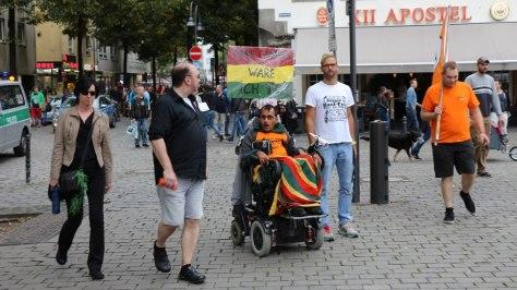 Rollstuhlfahrer auf der Cannabis Demo Dampfparade